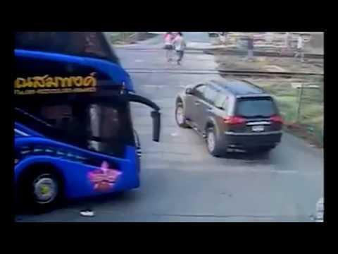 Rekaman detik detik mobil ditabrak kereta api