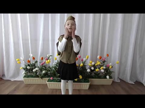 Изображение предпросмотра прочтения – ПолинаАксенова читает произведение «Девочка играла возле дома» А.М.Джека