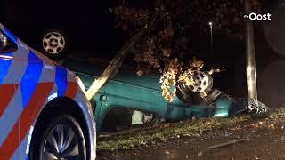 Auto ondersteboven tegen boom in Hardenberg, bestuurder ongedeerd