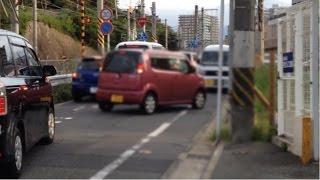踏切脇の狭い道…交差点手前から右側通行で前車数台を抜く危ない運転 thumbnail