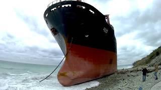 Шторм выбросил огромный корабль на берег. Кабардинка январь 2019.