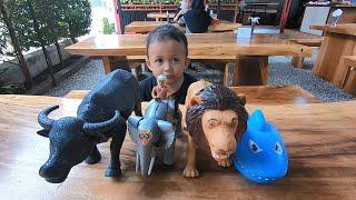 Mainan Kerbau, Gajah, Singa & Ikan Hiu Penggigit Tangan - Unboxing Mainan dan Belajar Nama Hewan