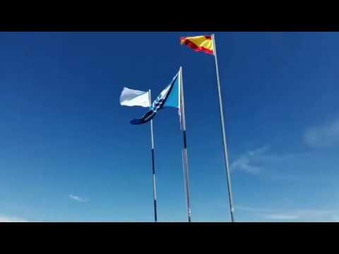 La bandera azul ya luce en la playa de O Coto