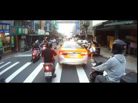 路人隨地招計程車就算了 小黃還真的停了