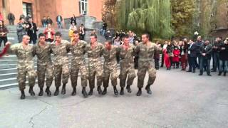 Армянские солдаты танцуют Кочари