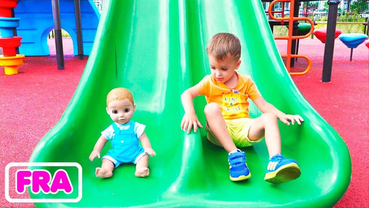 Download Vlad et Nikita jouent avec les poupées dans le jardin