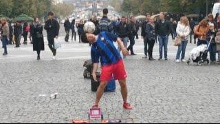 Футболист-виртуоз в центре Праги