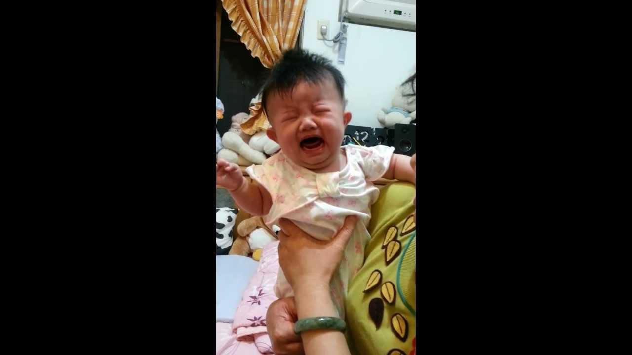 琁琁給奶奶抱就哭...給媽媽抱就不哭了.mp4 - YouTube