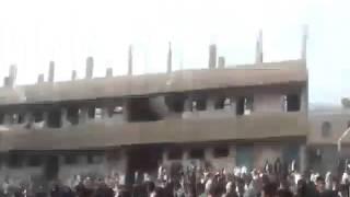 بالفيديو| طلاب يمنيون يرشقون قيادي حوثي بالأحذية ويطردوه من ساحة المدرسة