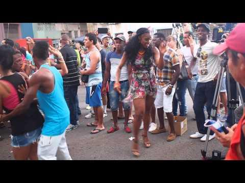 CUBANA ESPECTACULAR bailando salsa en una grabacion. Fantastic