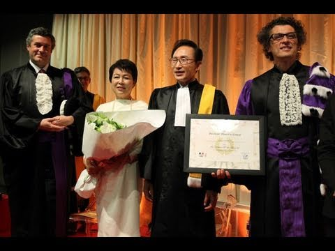 The President receives an honorary doctorate at the Paris 7 University