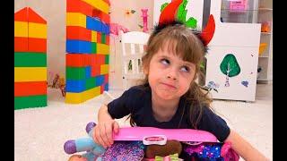 Niños jugando juguetes y juegos con mamá reunieron divertidas series de viaje para niños