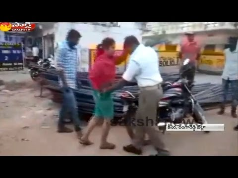 Young Women Fight with Traffic Police in Hyderabad: Watch Exclusive