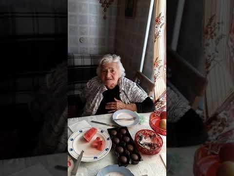 Поет моя мама на армянском языке.