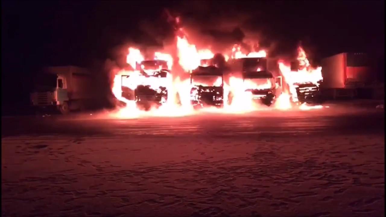 Из искры возгорится пламя: под Питером жгут фуры дальнобойщиков-штрейкбрехеров (видео)