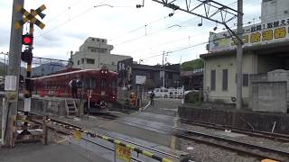 富士登山電車1000系が出発するので警報機が鳴りだした富士急行大月駅の前にある踏切