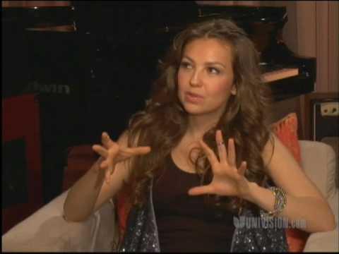 Thalía canta y no es 'plástica'