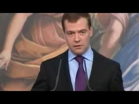 Медведев: Путина толкать локтями не буду