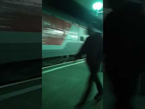 Поезд ТЭП-19-2041 с скоростным поездом Москва-Северодвинск
