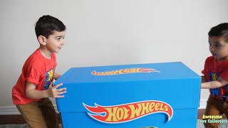 Kids open GIANT Hot Wheels SURPRISE TOYS and Ultimate Garage with Evan and Joey!!