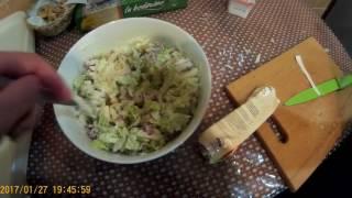 Простой салат с пекинской капусты сухариками и колбасой