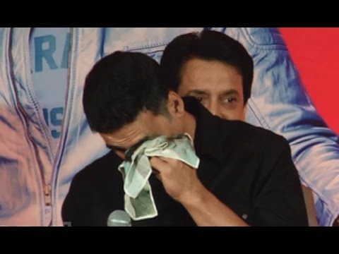Akshay Kumar Cries On Stage When Asked About Not Winning Awards