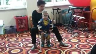 Мартин учится ходить на костылях