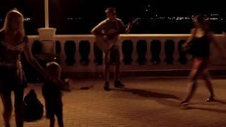 Download Прикольный уличный гитарист круто играет на набережной на Черном море в Геленджике на день города Mp3 and Videos