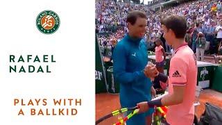 Rafael Nadal plays with a ballkid I Roland-Garros 2018
