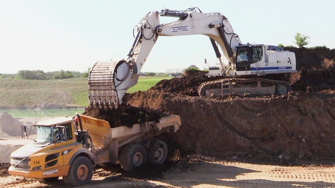 Ton Of Topsoil >> Liebherr R976 Excavator Loading Topsoil - YouTube