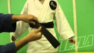 Учимся завязывать пояс на кимоно ребенку.(Помимо красоты, узел на поясе кимоно должен быть безопасным. Представленный узел не развязывается всю..., 2016-04-21T08:27:10.000Z)