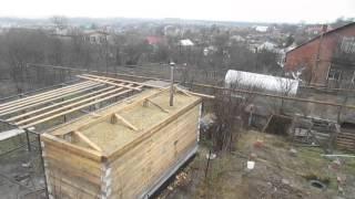 утепление крыши бани глиной(Сосед делает баню - я решил отстянть то, как он утепляет крышу дубовой листовой и слоем глины - так делали..., 2015-12-29T06:40:48.000Z)