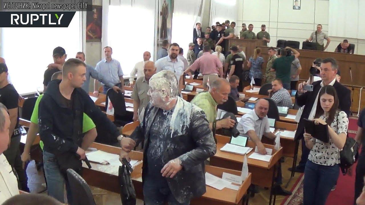 Украинский депутат с пакетом кефира на голове устроил стрельбу в горсовете Никополя