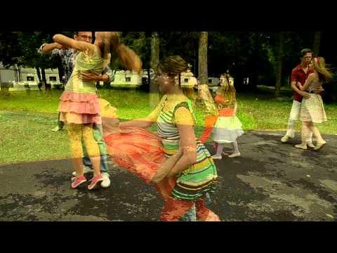 Танцевальный флэш моб под дождем
