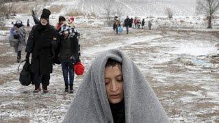انقطاع السبل بمئات اللاجئين بعد منعهم من العبور عبر الحدود اليونانية المقدونية