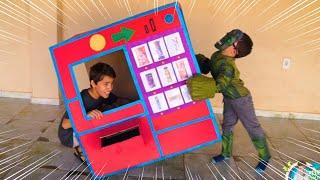 Rafael e João Pedro brinca na Máquina de Vendas com Super-Heróis 슈퍼 히어로 키즈 자이언트 자동 판매기 아이 장난감 놀이 척
