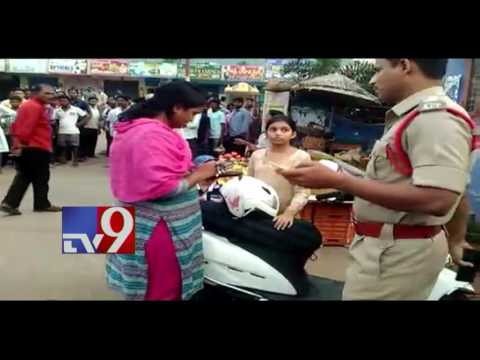 Lady SI breaks traffic rules, attacks CI in Vizag - TV9