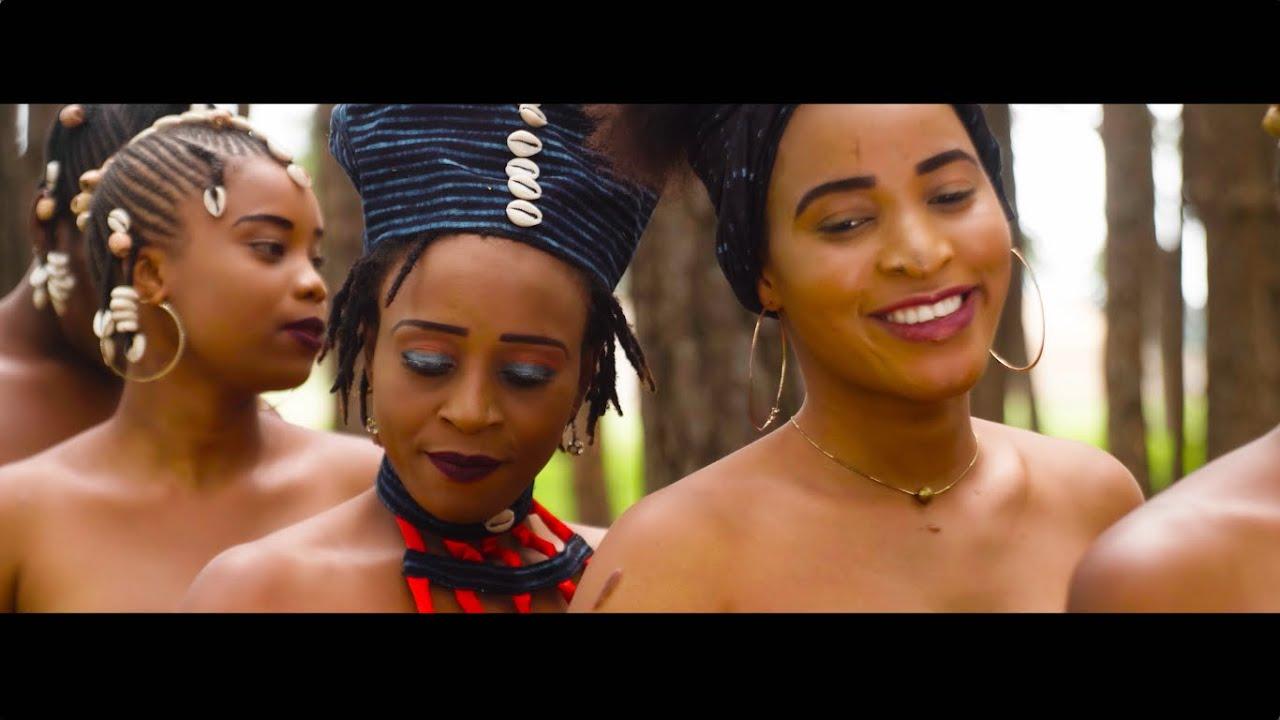 Download Queen Bena _ POULLOH (Clip officiel) directed by Laouny