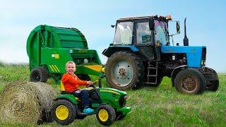 Синий ТРАКТОР едет по полям и собирает сено. Видео про трактор для детей