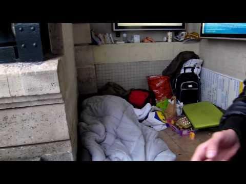 we zijn gearriveerd in Versailles, het metro station dat gelijk een huiskamer is voor daklozen.