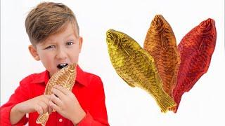 Senya مع الآباء يأكلون أشياء الشوكولاتة! فيديو مضحك للأطفال