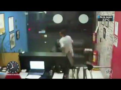 Homem tenta assaltar academia, mas foge dos alunos de jiu-jitsu | SBT Brasil (04/10/17)