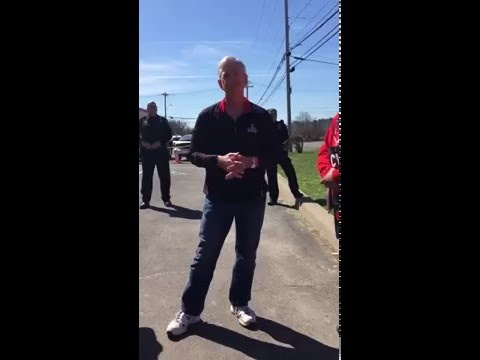 Verizon CEO gets owned by his own employees on picket line