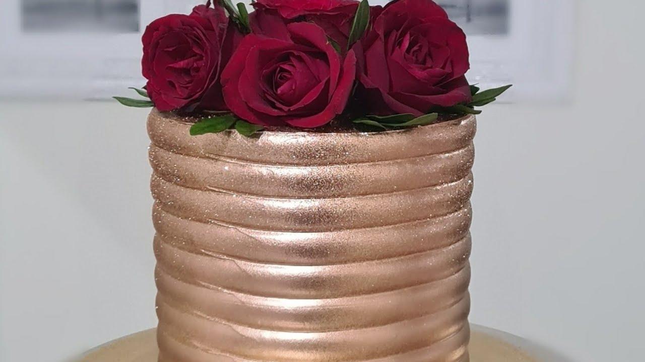 Bolo Dourado com Rosas Naturais