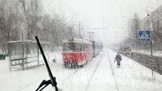 Киев, трамвайный маршрут 5, вид из кабины, зима 2021 в снежную погоду.