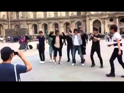 [Fancam] SuJu and SHINee dancing Sorry Sorry and Ring Ding Dong in front of Notre Dame