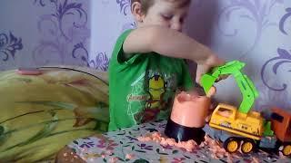 СУПЕР САНЕК Играет в песок
