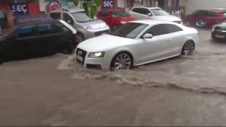 İzmir'de Yağmur Sele Döndü, Ev ve İş Yerlerini Su Bastı