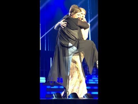 Watch how Céline Dion gracefully handled a drunk female fan who ran to her on stage (Video)