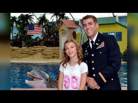 Military Dad Surprises Daughter With Early Homecoming at Zoo